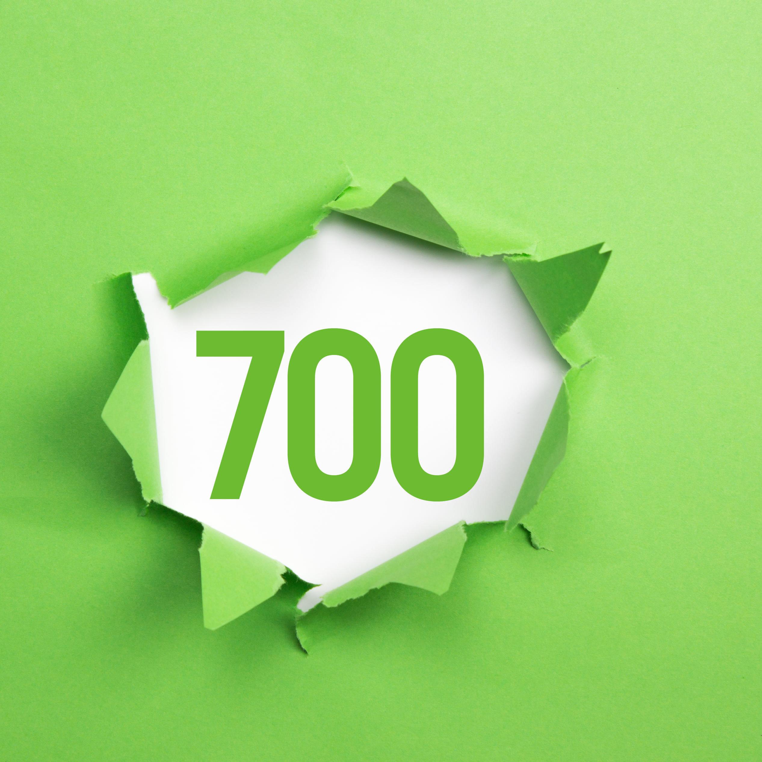 gruene Nummer 700 auf gruenem Papier